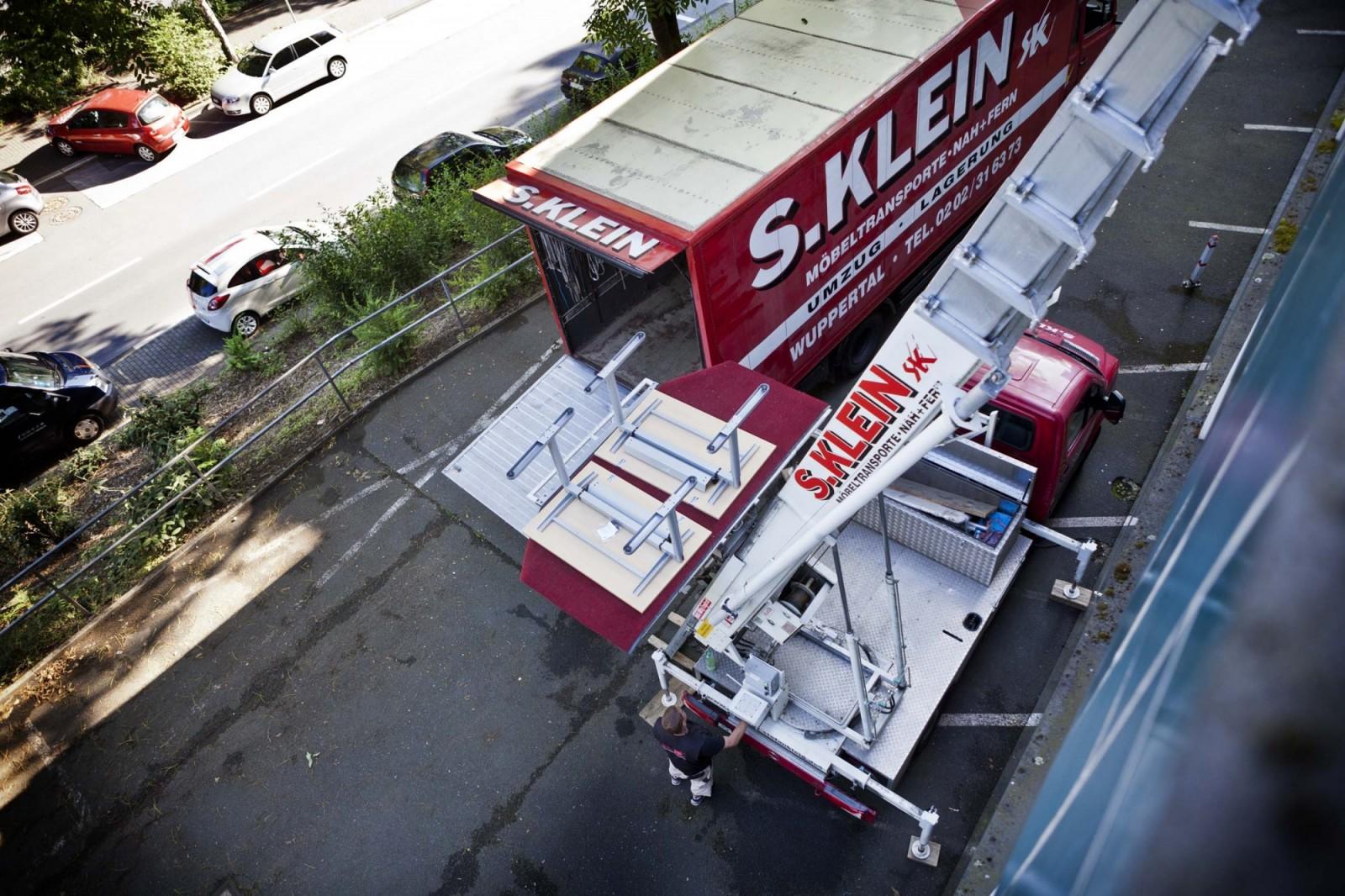LKW und Aussenaufzug der Umzüge S. Klein GmbH & Co. KG bei einem Objektumzug in Wuppertal