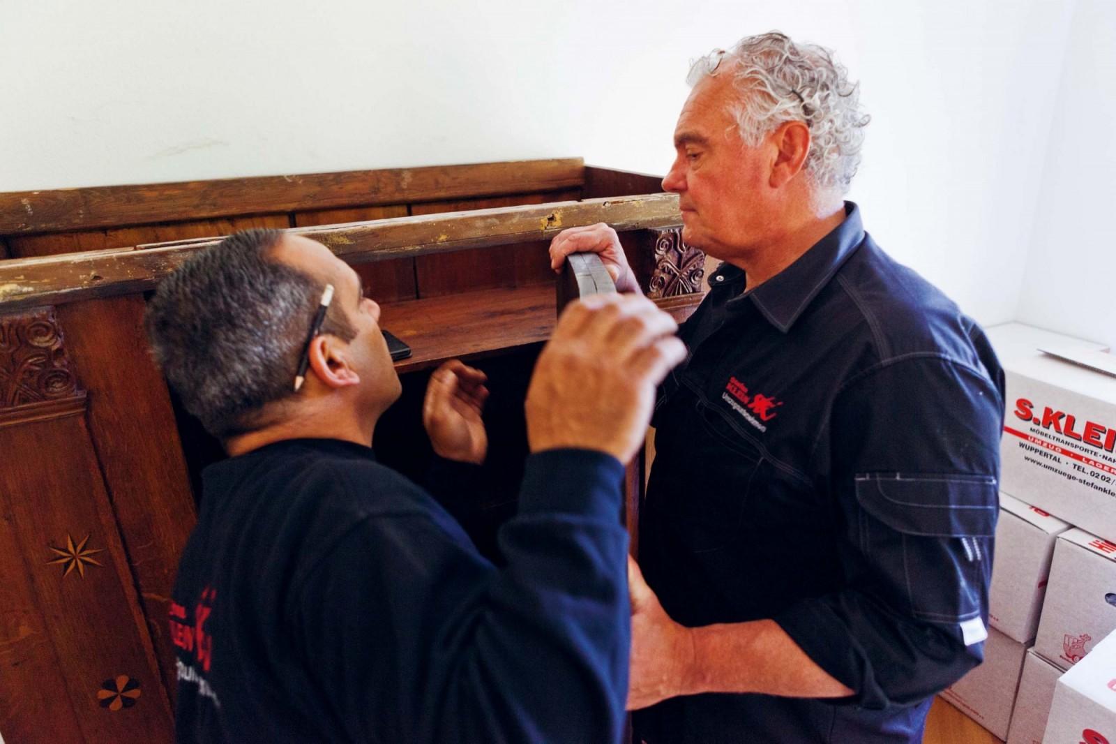 Mitarbeiter der Umzüge S. Klein GmbH & Co. KG bei der Möbel-Demontage einem Privatumzug